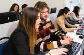 Studenti mají k dispozici také počítačovou učebnu, kam mohou společně zajít a procvičovat angličtinu