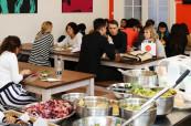 O přestávkách se studenti mohou ve škole potkat ve společenské místnosti nebo v jídelně, kde si mohou zakoupit občerstvení