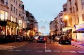 Noční ulice s výhledem na Brighton Wheel