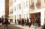 Studenti se schází na výuku anglického jazyka EC Brighton