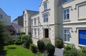 Budova školy Meridian School of English v Plymouth