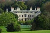 Budova školy LTC Eastbourne s velkou zahradou a tenisovým kurtem