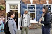 Studenti British Study Centres před budovou školy v Yorku