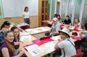 Studenti během výuky španělštiny