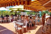 Obědy se podávají na slunné terase školy