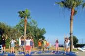 Během letního jazykového kurzu se studenti také protáhnou při cvičení, English in Cyprus, Limassol, Kypr