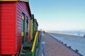 Typické barevné domečky na pláži, LAL Travelling Classroom