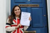 Studentka anglického jazyka před budovou školy English in Chester