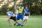Studenti letního pobytu pro mládež hrají fotbal