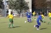 Studenti během fotbalového zápasu na škole Chichester College v Anglii