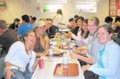 Společná fotka v jídelně školy BEET v Bournemouth