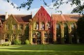 Pohled na kampus školy, kde probíhá letní jazykový kurz pro děti a mládež, BSC Cheltenham