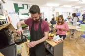 Studenti se mohou občerstvit v kafeterii školy, Milner School of English Wimbledon Londýn Anglie