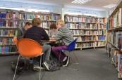 Studenti střední školy Brockenhurst College v knihovně