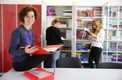 Studenti jazykového kurzu v knihovně, kde mají k dispozici spoustu studijních materiálů, LAL Torbay