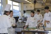 Odborná výuka je hodně prakticky zaměřená, studenti během lekcí vaření, Chichester College v Anglii