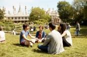 Odpočinek v parku u Brighton Pavilion