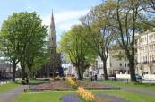 Škola ELC Brighton je obklopena parky