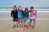 Studenti LAL Torbay na blízké pláži na Anglické riviéře