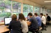 Počítačová učebna na škole Wimbledon School of English s krásným výhledem do zahrady
