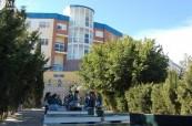Studenti před střední školou Colegio Maravillas v Benalmádeně ve Španělsku