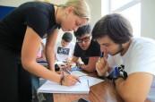 Studenti při výuce anglického jazyka ELC Brighton