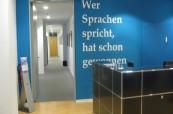 Recepce školy Inlingua Berlín, kde studenti vždy najdou někoho, kdo jim s čímkoliv poradí