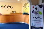 Recepce školy, kde najdeme pracovníky školy, kteří jsou vždy připraveni studentům pomoci, Cork English College