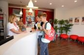 Pracovníci na recepci školy LAL Torbay jsou vždy připraveni studentům s čímkoliv pomoci