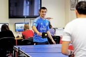 O přestávkách je možné relaxovat ve společných prostorách, kde jsou počítačové učebny nebo stůl na malý tenis