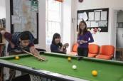 Studenti jazykového kurzu relaxují po výuce angličtiny, CES Oxford