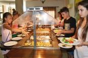 Stravování mají studenti zajištěné formou plné penze a na švédských stolech si mohou vybrat, co mají nejraději, English in Cyprus, Limassol, Kypr