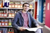 Jeden ze spokojených studentů na škole Chichester College v Anglii