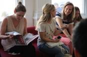 Studenti čekají na svůj jazykový kurz ve škole ELC Brighton