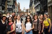Studenti na procházce po městě v Chesteru