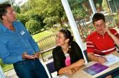 Studenti během výuky angličtiny diskutují s lektorem, Wimbledon School of English