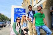 Studenti před školou ELC Brighton