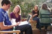 Venkovní posezení pro studenty jazykové školy LSF Montpellier, Francie