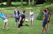 Studenti LTC Eastbourne hrají fotbal po výuce angličtiny