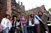 Studenti jazykového kurzu před katedrálou v Chesteru