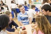 Studenti v kavárně jazykové školy Milner School of English ve Wimbledonu, Londýn Anglie