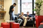 Společenská místnost, kde mohou studenti angličtiny relaxovat a konverzovat se svými spolužáky, LAL Londýn Twickenham