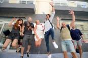 Studenti kurzu angličtiny před budovou jazykové školy LAL-IELS Malta