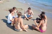 Studenti letního jazykového kurzu pro děti a mládež během volnočasového programu na pláži, English in Cyprus, Limassol, Kypr