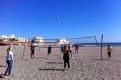 Studenti španělštiny na škole Colegio Maravillas tráví volné odpoledne na pláži turnajem v plážovém volejbalu