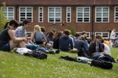 Před školou se nachází dostatek prostoru k odpočinku mezi výukou, střední škola Brockenhurst College v Anglii
