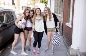 Studenti anglického jazyka na procházce po městě EC Brighton