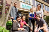 Studenti jazykového kurzu v zahraničí před budovou školy Milner School of English ve Wimbledonu v Anglii