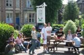 Venkovní posezení pro studenty ELC Bristol