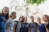 Studenti anglického kurzu před krásnou katedrálou v Yorku
